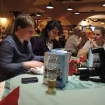 organizátorky večera a soutěží vyhodnocují