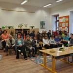 Ředitelka ZŠ Komenského Hana Rousková zahajuje setkání hostů a žáků (autorů) pozvaných k seznámení se závěrečným hodnocením tvůrčího zadání Dějiny a paměť školních dětí.