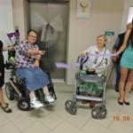 seniorky střihají pásku
