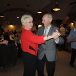 Senioři tančí, v popředí Milada Emmerová a Leoš Jochec